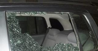 Arrojan una piedra contra un auto