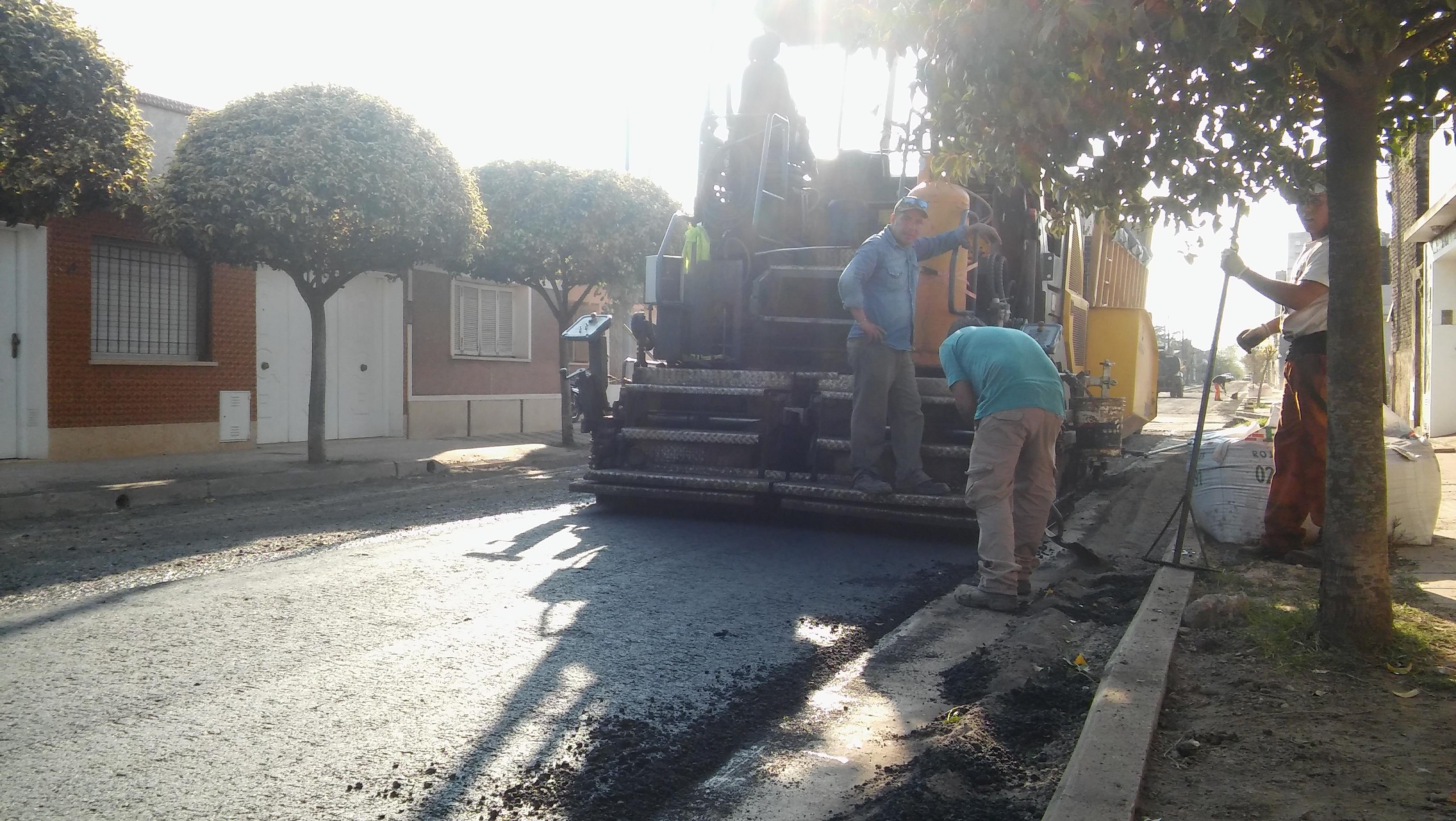 Tal como anticipamos, sobre el mediodía de este viernes 13 de abril el intendente Claudio Rossi firmó el contrato tan esperado para llevar adelante el asfaltado de 63 calles distribuidas en los distintos barrios de nuestra ciudad.
