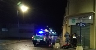 Choque de moto y auto en Iribarne y Zapiola