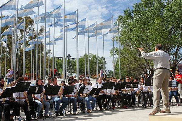 El Municipio de Rojas anuncia la presentación de este grupo que comenzó sus actuaciones en el mes de julio del 2011.