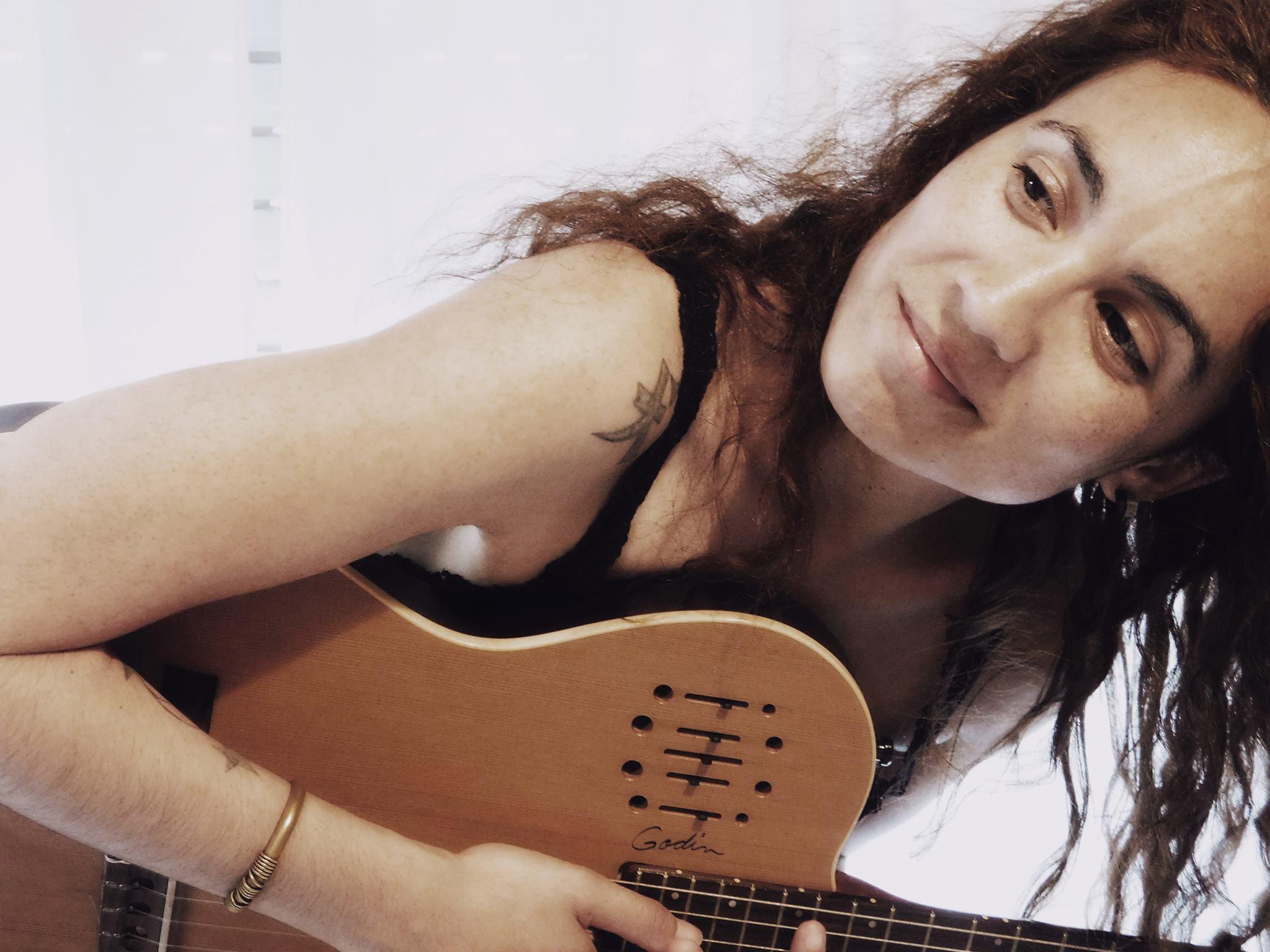 """La folklorista Florencia Dedieus dialogó con NOVA sobre su pasión: la música, la cual caracterizó como """"el motor que me impulsa cada día al despertar"""". """"Encierra todos los sentimientos que puedas imaginarte, desde una sonrisa, una lágrima, un enojo y cada estado por el que podemos llegar a transitar en el transcurso de una vida"""", sostuvo la mujer rojense."""