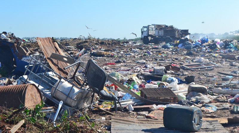 Un señor de unos 60 años vive en el basural municipal de Rojas y manifiesta haber sido llevado allí por una persona oriunda de Rafael Obligado, que se ocuparía del reciclado de residuos.