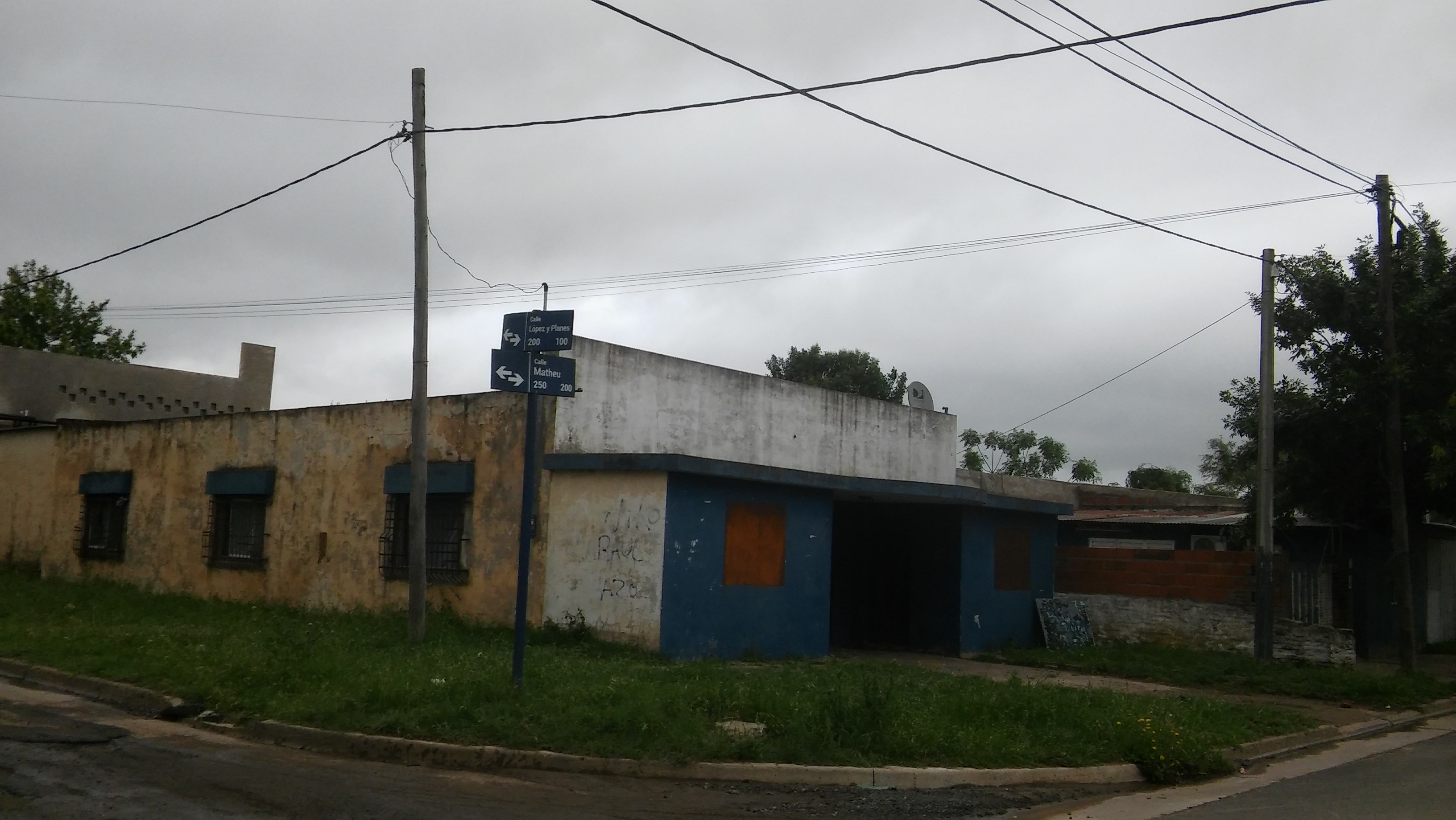 La presunta agresión sexual habría sucedido este lunes 12 de noviembre alrededor de las 18 horas, hecho que sería la causa de episodios de violencia que tuvieron su momento de mayor nerviosismo y angustia a las 22.30, con un incendio sospechado de intencional en una vivienda de calle Matheu entre Barros y López y Planes.