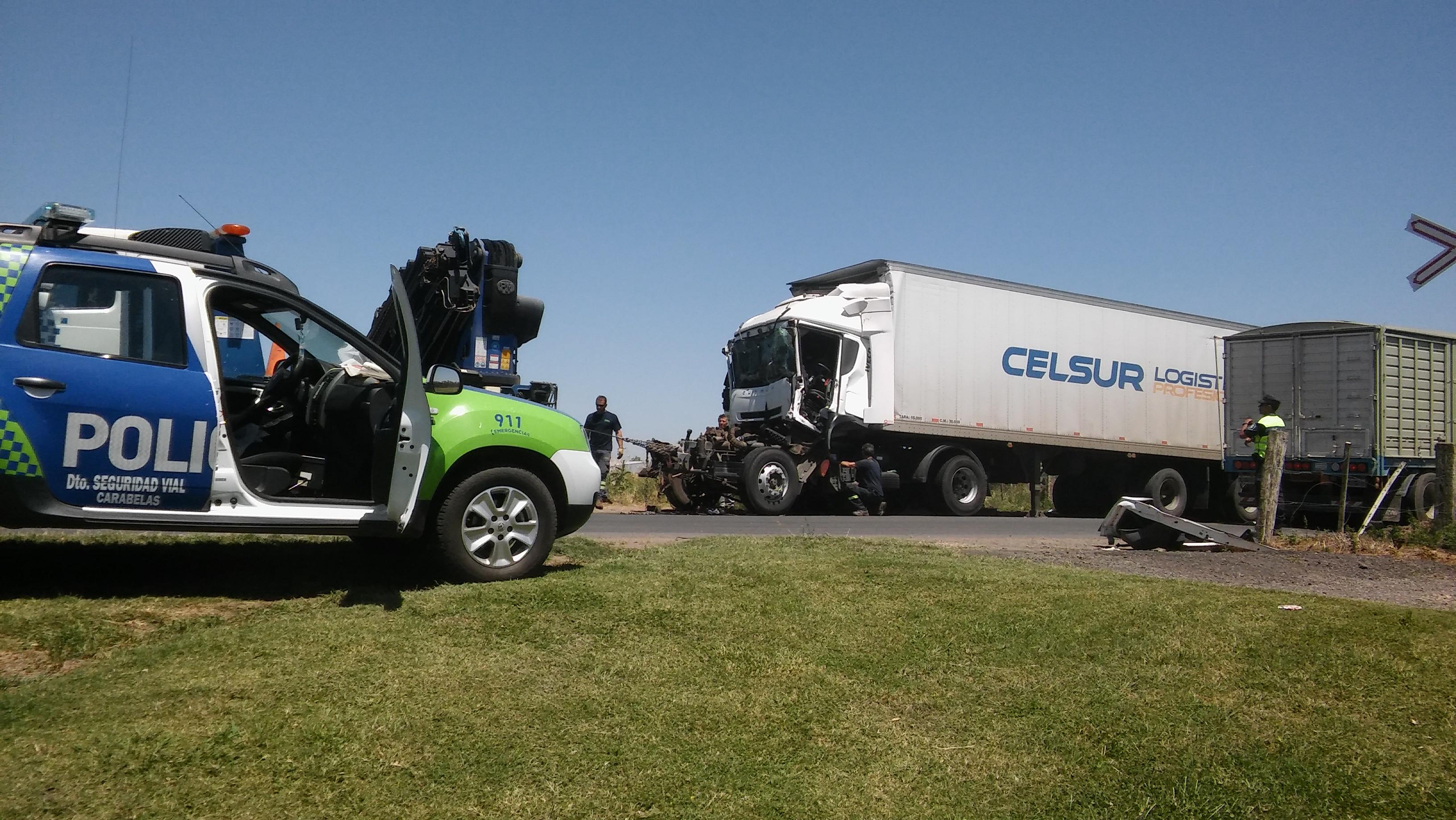 En la madrugada de este martes 14 de noviembre, un camión colisionó violentamente con otro que circulaba en su misma mano.