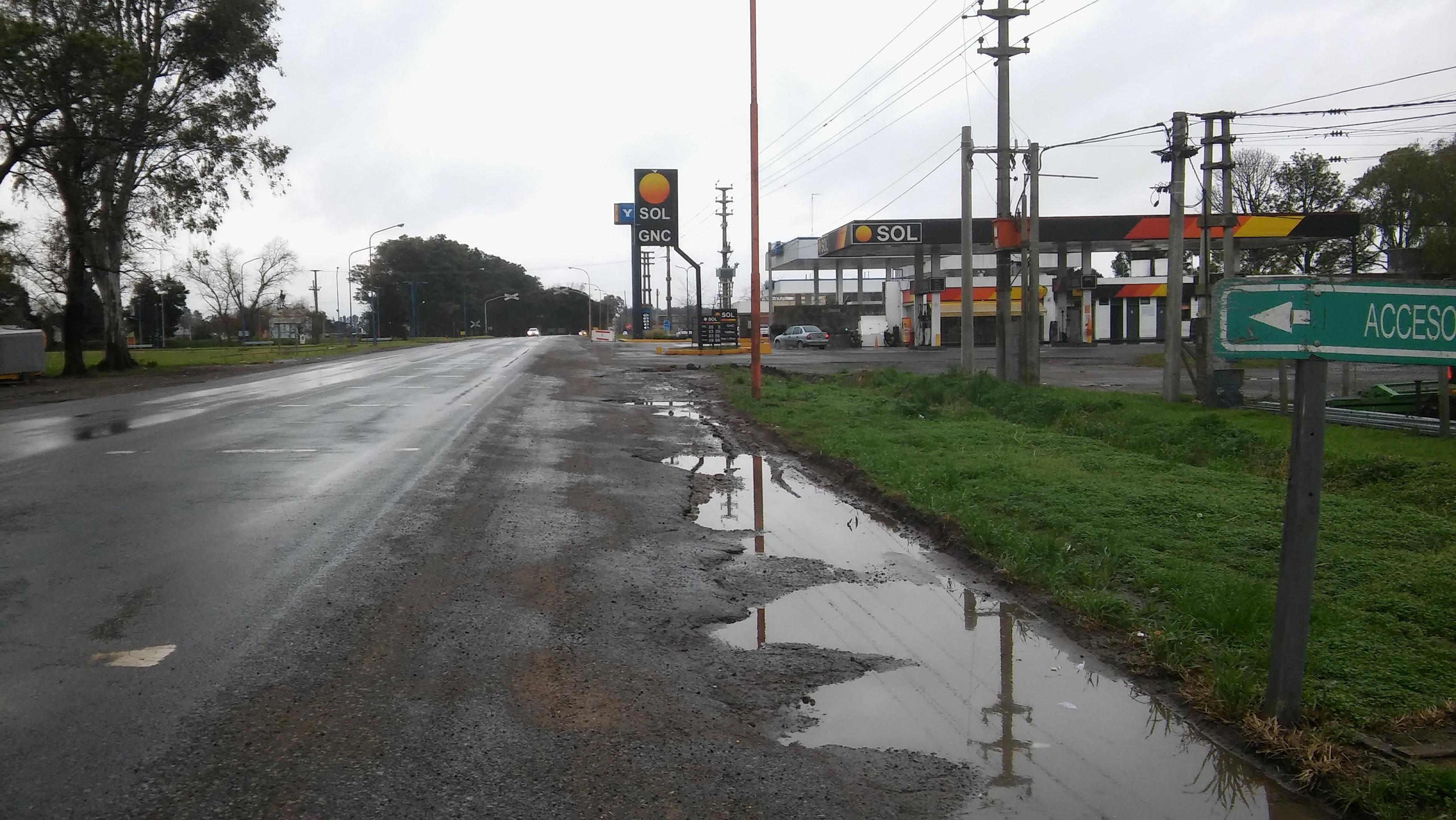 En las primeras horas de la madrugada de este domingo, el conductor de un Chevrolet modelo Corsa Classic perdió el control del auto cuando maniobraba para ingresar en la Estación de Expendio de Combustibles Sol, y cayó en el extremo del zanjón que corre paralelo a la Ruta 188 frente a este comercio.
