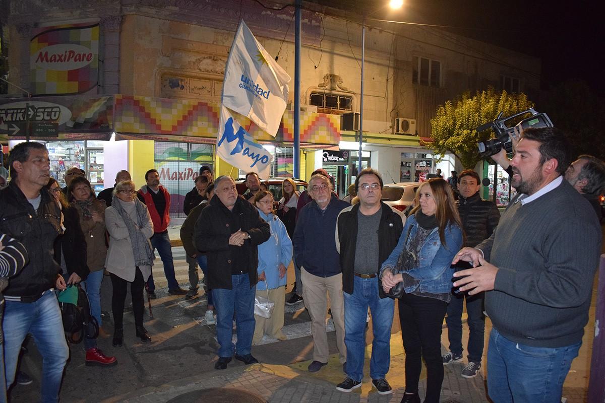 A las 19.30 horas de este martes 7 de mayo se congregaron en Eva Perón e Iribarne dirigentes del Partido Justicialista local encabezados por Ramiro Baguear, junto a los actuales concejales de Unidad Ciudadana Sandra Sartelli y Ricardo Rivolta y un grupo de reconocidos militantes.