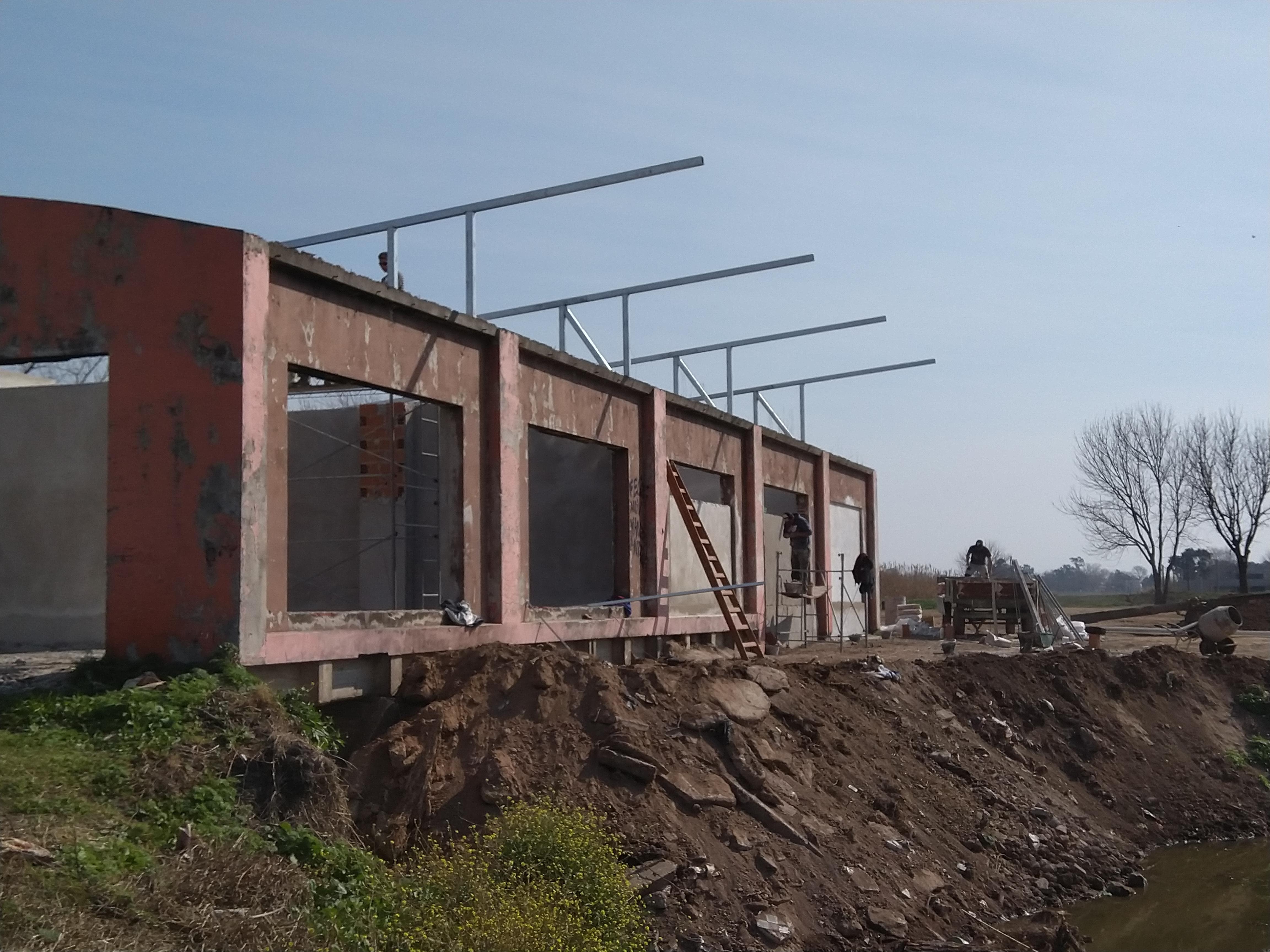 Por estos días se está trabajando en el armado del techo y la construcción del piso de la edificación que hace años iba a ser destinada a una malograda comisión de turismo.