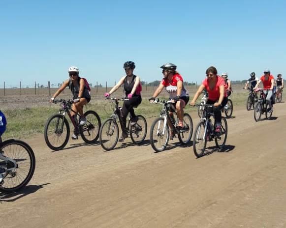 Este domingo 7 de octubre se desarrolló la gran bicicleteada a Roberto Cano organizada por la Asociación Ciclista de Rojas, la cual nucleó a un centenar de rojenses que compartieron una grata jornada en familia y con amigos.