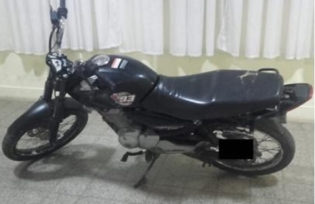 El hecho sucedió el pasado sábado 13 de julio a las 7.50 en calles Solís y Necochea, cuando esta persona intentó escaparse en una moto de un operativo de control y al no lograr su cometido se resiste a su detención tratando de golpear con un caño a los agentes policiales.