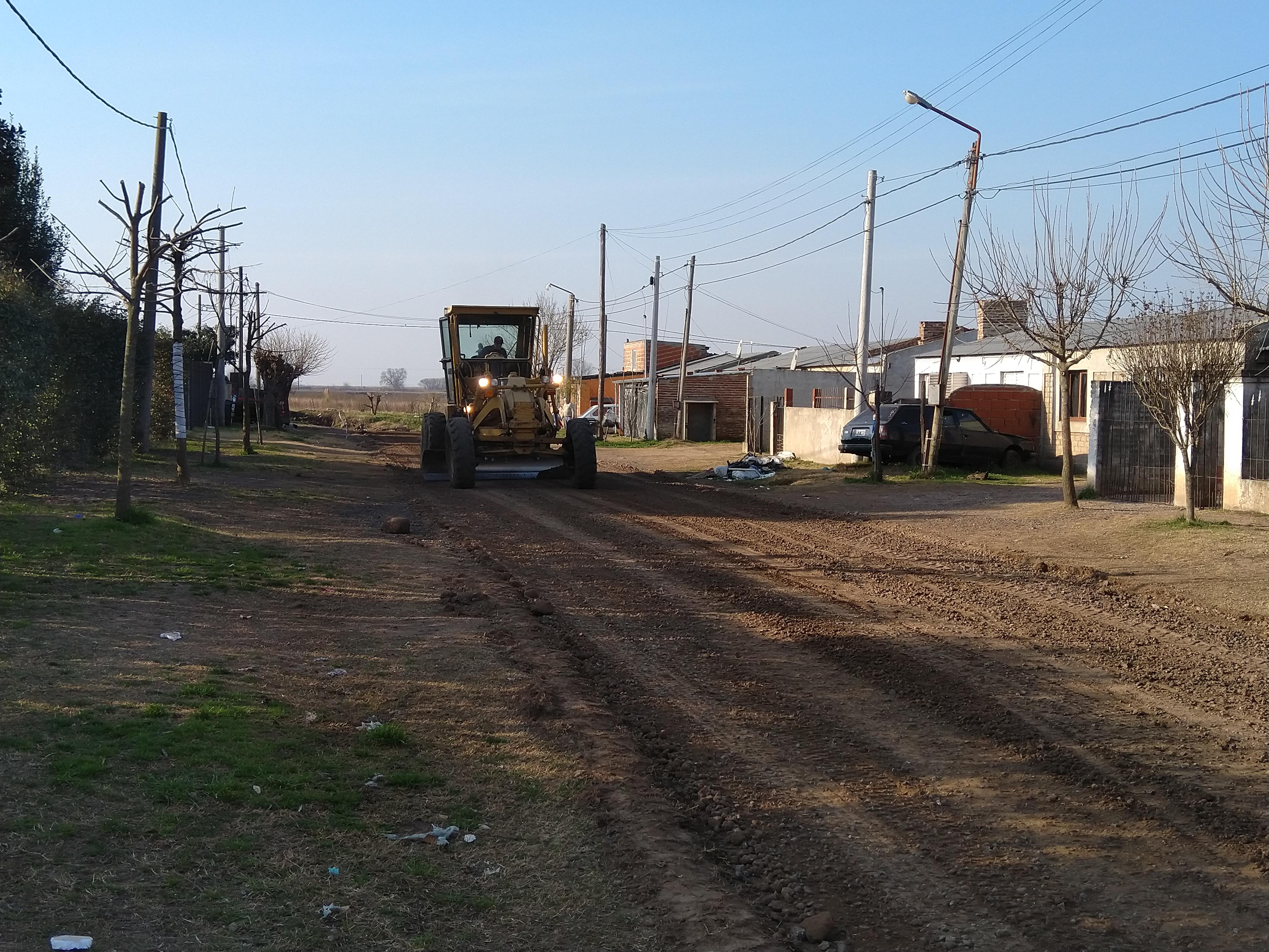 En la jornada del viernes 19 de julio, trabajadores del área municipal de Servicios Urbanos estuvieron arreglando la calle Pastor Obligado desde Ludueña hacia Carrasco.