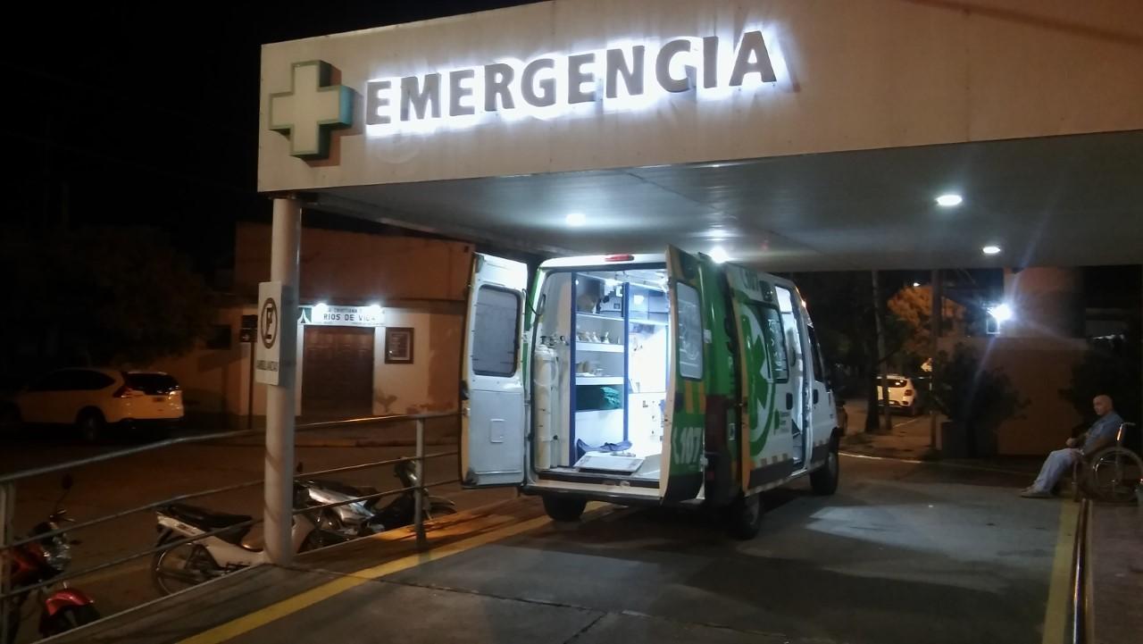 El entorno de un motociclista herido en un accidente provocó destrozos en el área de terapia intensiva.