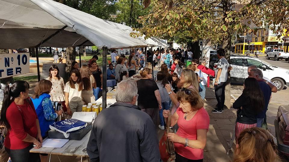 Diferentes expositores tuvieron la oportunidad de mostrar y vender sus productos de elaboración propia en un mercado alternativo. La actividad, que en su primera jornada tuvo un éxito marcado, se hizo en la plaza San Martín.