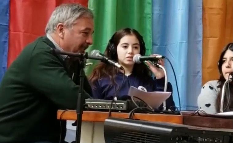 El intendente Claudio Rossi fue entrevistado por los alumnos y se entregó un subsidio para que adquieran una consola de exteriores y puedan transmitir desde cualquier sitio.