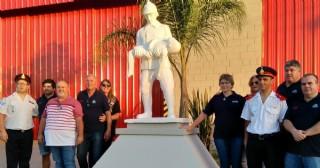 En su cumpleaños 62, los Bomberos instalaron una estatua e inauguraron nuevas dependencias