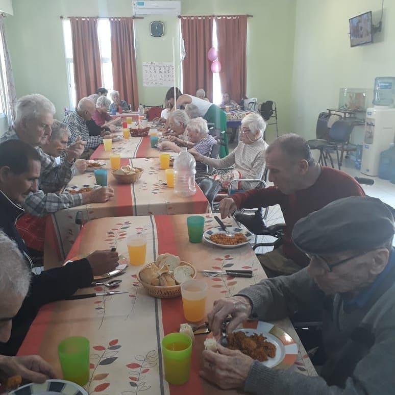 Este domingo 14 de octubre, alrededor de las 11.30 horas, integrantes de esta feria que está visitando nuestra ciudad por segunda vez en el año, se llegaron al Hogar de Ancianos Municipal para servirles a los vecinos que allí se alojan, un plato de la típica paella española.