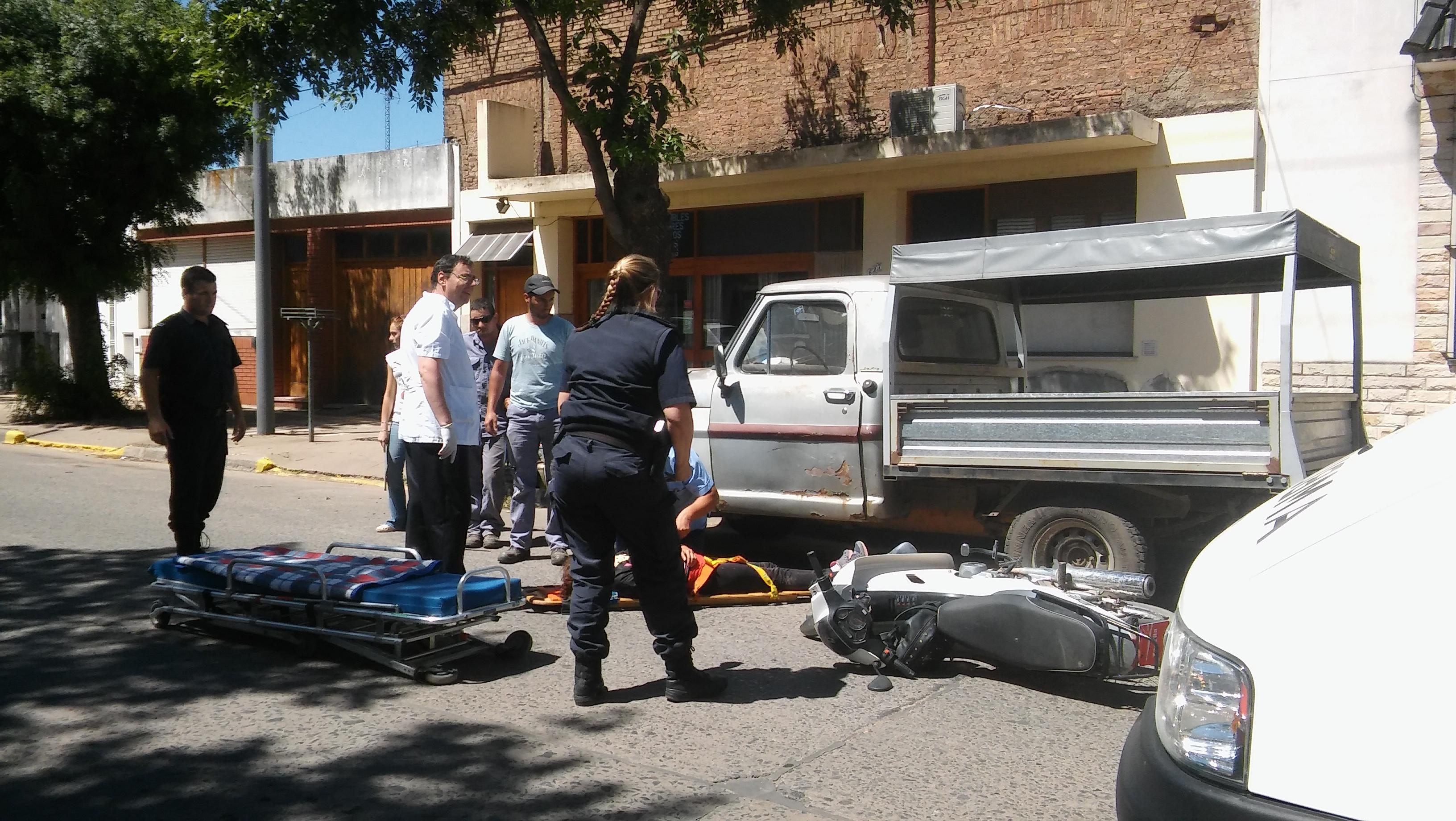 En la mañana de este jueves 16 de noviembre, alrededor de las 11.15, una mujer que conducía una motocicleta sufrió una caída en plena Avenida 25 de Mayo en sentido hacia la Plaza San Martín, entre las calles Solís y Avellaneda.