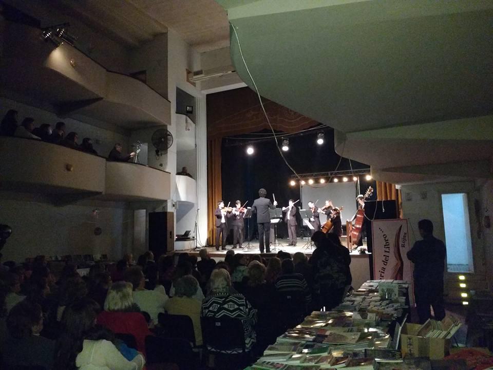El cierre contó con la actuación de la Camerata de esta Orquesta que brindó un repertorio que hizo lucir aún más la excelente acústica del Teatro Italia que lució colmado por el público, como pocas veces se recuerda.