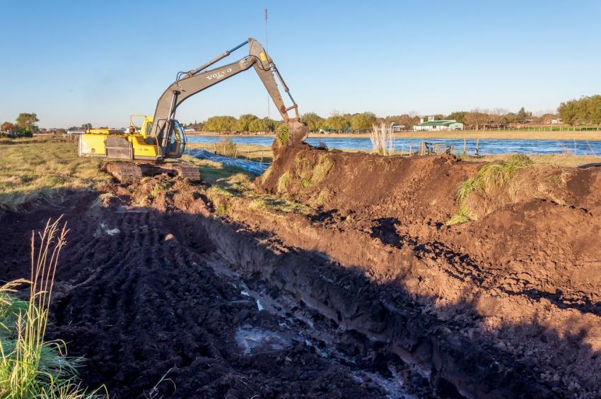 La ciudad de Junín está rodeada de agua, y en una medida de prevención extrema comenzó a construir con ayuda de la Provincia terraplenes de defensa en todo el margen del río Salado, con el objetivo de proteger los barrios situados a la vera del canal.