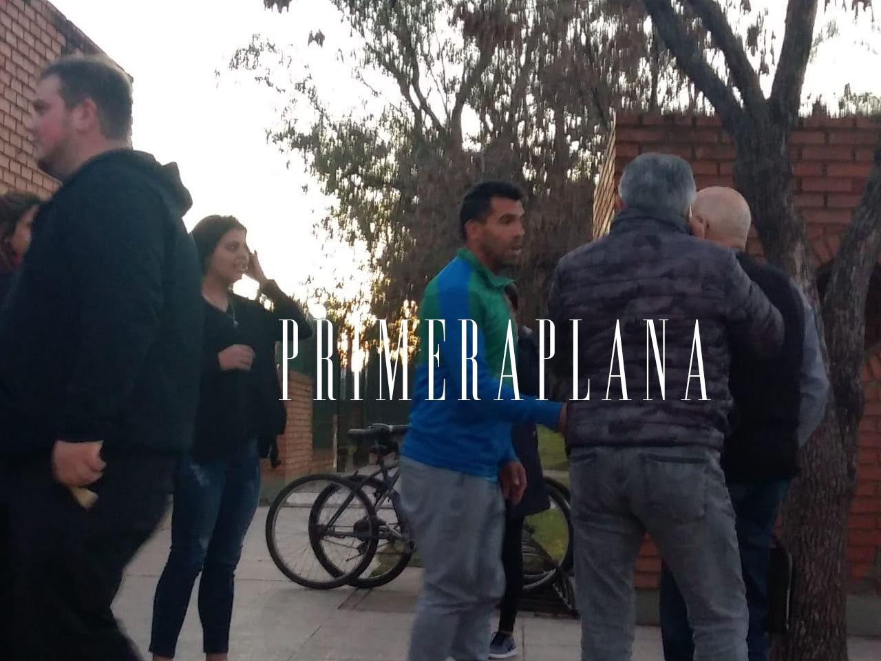 El reconocido jugador de Boca Juniors, Carlos Tevez, se hizo presente en la vecina ciudad de Pergamino el pasado jueves 7 de junio, para acompañar a su amigo, el presidente del club, Daniel Angelici y su familia, por la repentina muerte del primo del operador judicial macrista, Marcelo Braccia.