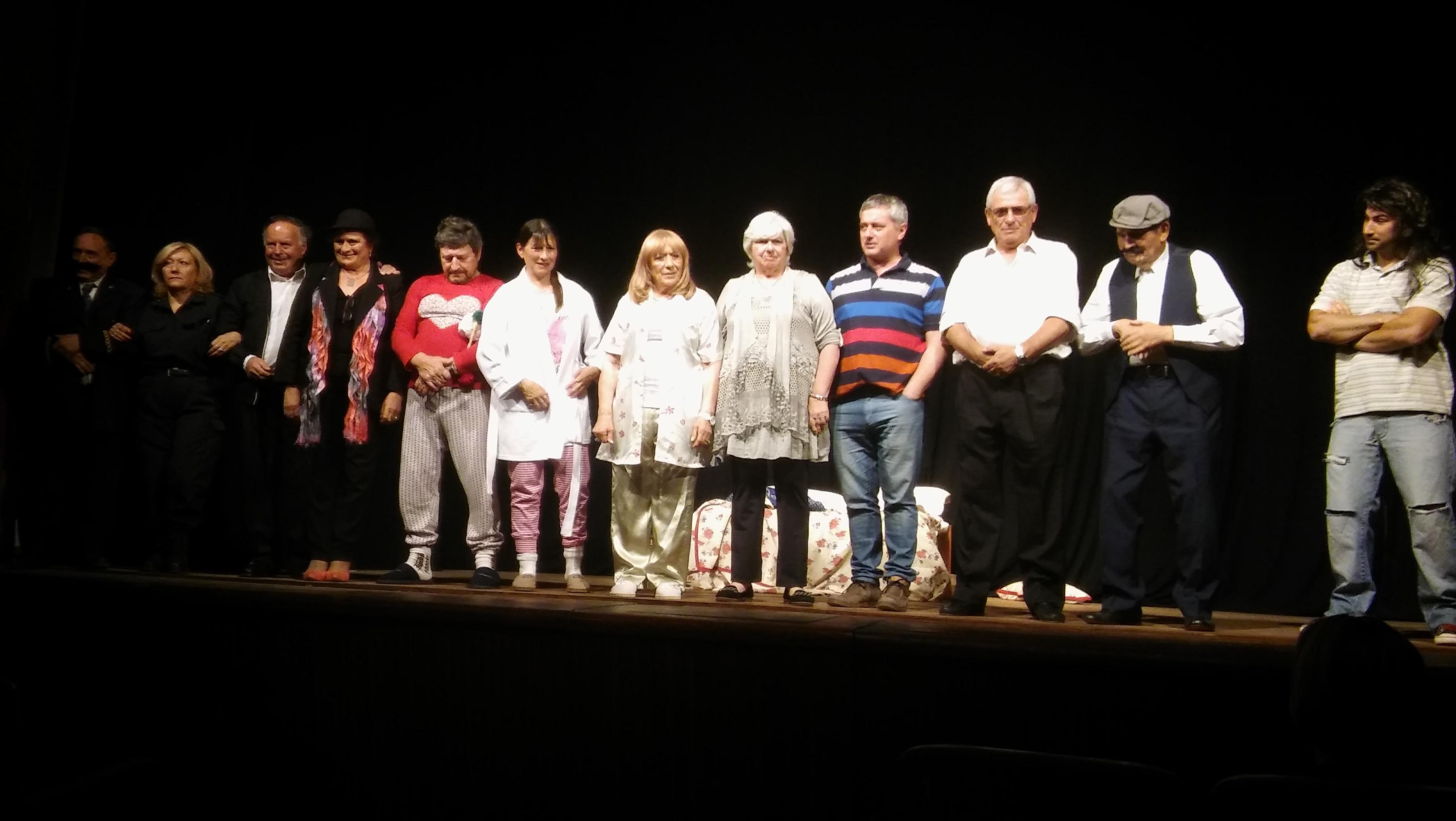"""La Compañía Teatral """"De Puro Grupo"""" integrada por vecinos de nuestra ciudad apasionados por la actuación, está representando la obra """"Qué lindo estar casado y tener la suegra al lado"""" en el TAFS, con la dirección de Diego Albamonte."""