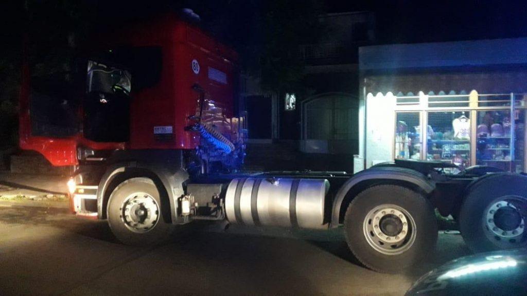 Distintas fuerzas policiales de Pergamino colaboraron para lograr interceptar al camión Scania que asaltaron en rutas bonaerenses cargado con mercadería de pescadería enfriada.