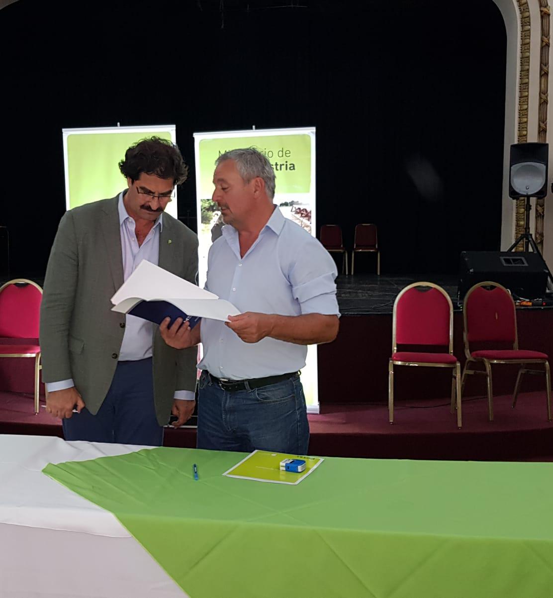 El intendente Claudio Rossi firmó este martes 27 de noviembre el Convenio de Adhesión para la implementación del Documento Único de Traslado (DUT) y su modalidad de autogestión que permitirá a los productores del partido obtener su guía de traslado de vacunos por autogestión, en forma eficiente, con menos costo y más facilidad.