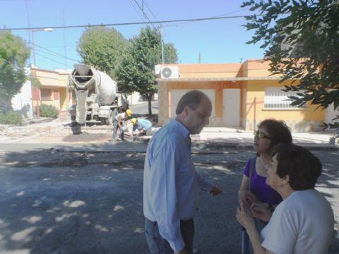 Mart�n Caso tom� contacto con vecinos del barrio Centro. Supervisando la reparaci�n de Lagos y 9 de Julio.