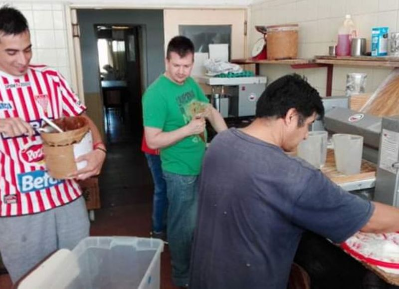 La panadería solidaria funciona en el marco de un proyecto de la Fundación Marianista Junín, coordinado por psicólogos y el capellán del penal, Roberto Giovanettone.