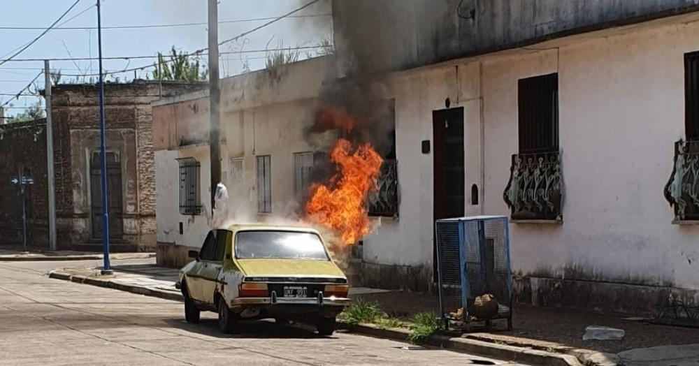 El Renault 12 envuelto en llamas.