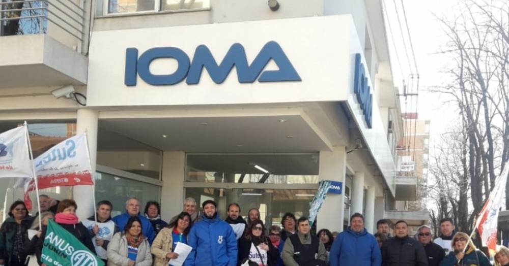 Las centrales sindicales brindaron una conferencia de prensa frente a la sede del IOMA en Junín para rechazar enérgicamente el intento de privatización.
