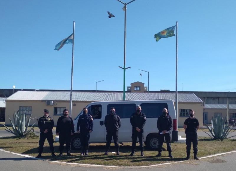 El jefe del Cuartel de Bomberos de Junín, Néstor Di Pierro recibió la camioneta entregada por el subdirector de Seguridad de la Alcaidía Penitenciaria Junín, Omar Aguirre; el subdirector de Asistencia y Tratamiento, Alfredo Siles.