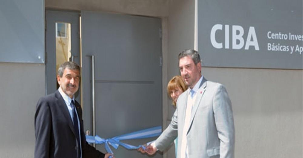 Guillermo Tamarit, rector de la Universidad del Noroeste, cortando las cintas del CIBA que depende de él mismo.