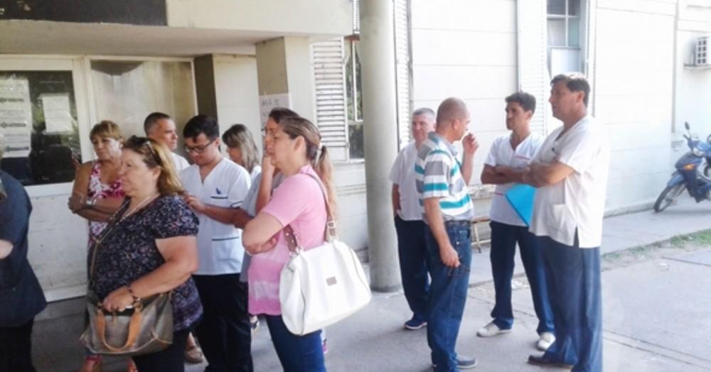 Los trabajadores en las puertas del hospital zonal de Junín.