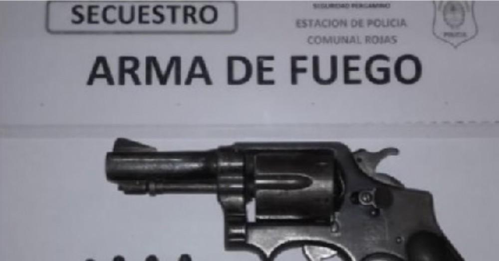 El arma y las municiones.