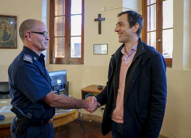 El oficial Laserna fue felicitado por el intendente Petrecca (fuente: Diario Junín).