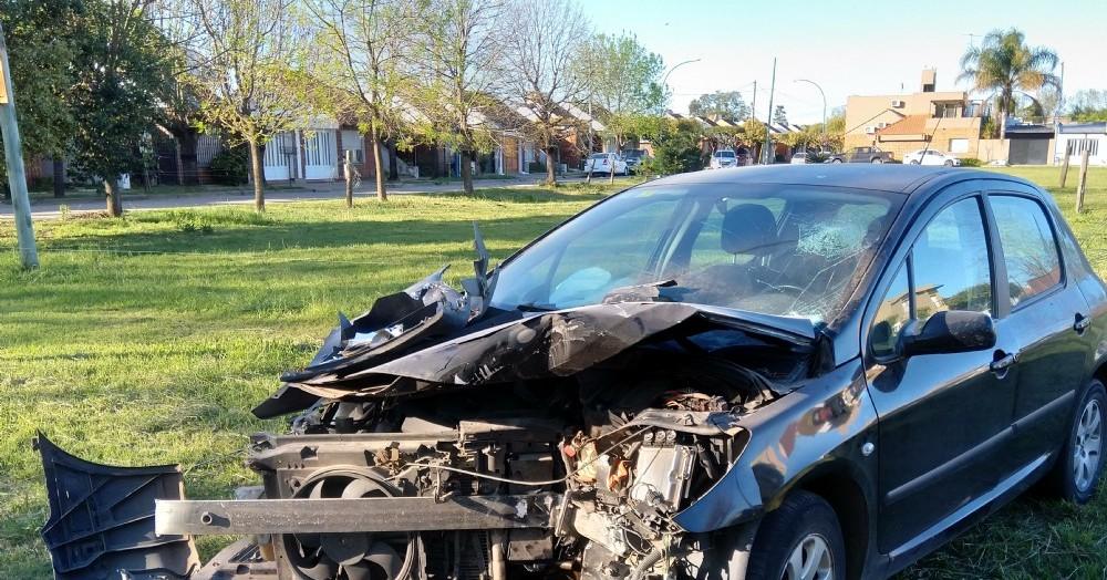 Un auto colisionó contra un camión estacionado.