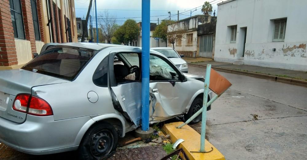 Un auto subió a la vereda de la Escuela N° 8.