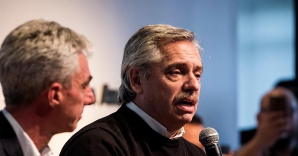Alberto Fernández se presentó en el Salón de la Democracia de la Universidad del Noroeste Bonaerense (UNNOBA), acompañado por una legión de candidatos, legisladores provinciales, concejales e intendentes peronistas, llegados de localidades vecinas.