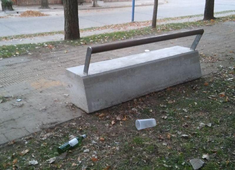 Plaza moreno estaba abandonada y ahora es castigada con - Bancos de cemento ...
