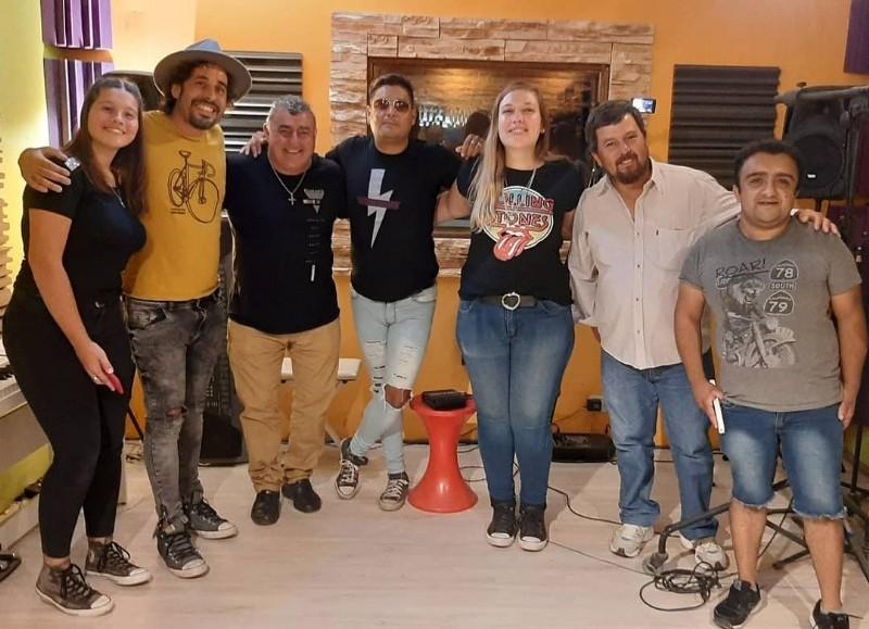 Ariel Fullana y otros artistas rojenses unieron sus voces.
