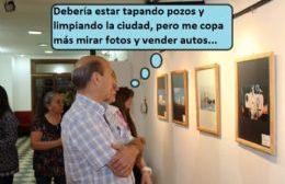 Piedra libre Vivero mirando fotos.