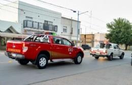 Bomberos recorren la ciudad mostrando la nueva camioneta