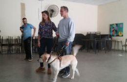 Movilizadora charla sobre la utilización de los perros guía.