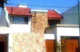La vivienda está ubicada en Italia 284, entre Av. San Martín y 25 de Mayo.