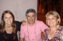 Todo en familia. Ponce de León junto a su pareja, Ana Lía Révora y la hija de ésta, jefa de Licencias de Conducir.