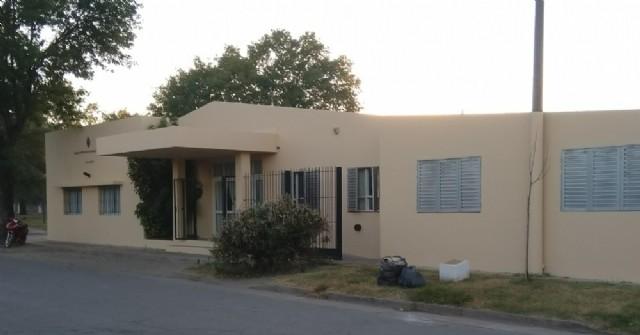 El frente del edificio de la Escuela Especial de Rojas luce impecable
