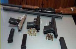 Una escopeta y tres pistolas con sus cargadores y balas.