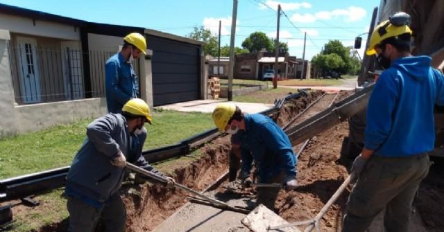 Obra de cordón cuneta en Barrio Progreso: se colocó la primera carga de hormigón