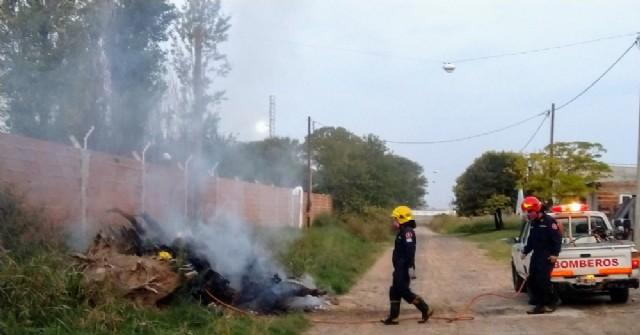 Bomberos Voluntarios debieron intervenir para sofocar focos de fuego en montículos de basura