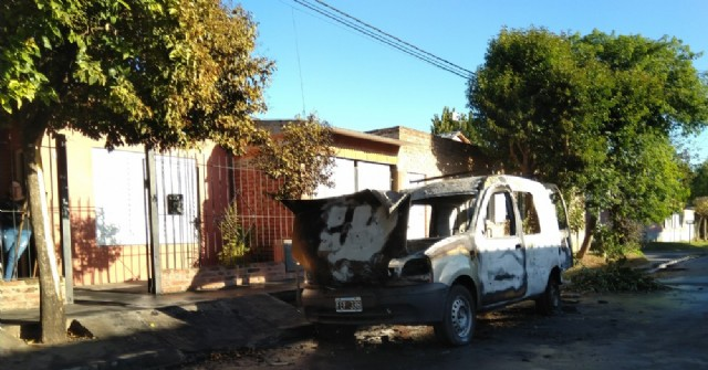 El fuego destruyó un vehículo utilitario en Barrio Parque